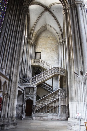 web_Rouen_Notre_Dame_Catheral_stone_staircase_1